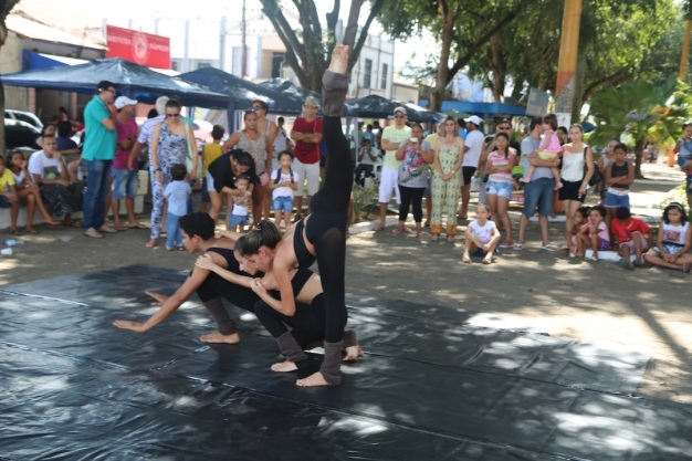 João Paulo Souza, Lorena Melissa and Camylla Alves dance 'Dry Tears' in the craft fair in Duke Caxias Place, Marabá.