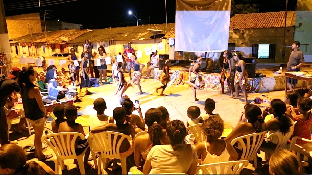 'AfroMundi Children's Dance Company'presents in the little square of Cabelo Seco, between poems and songs by the writers of AESSPA, watched by the writers of the future from the community library 'Leaves of Life'.